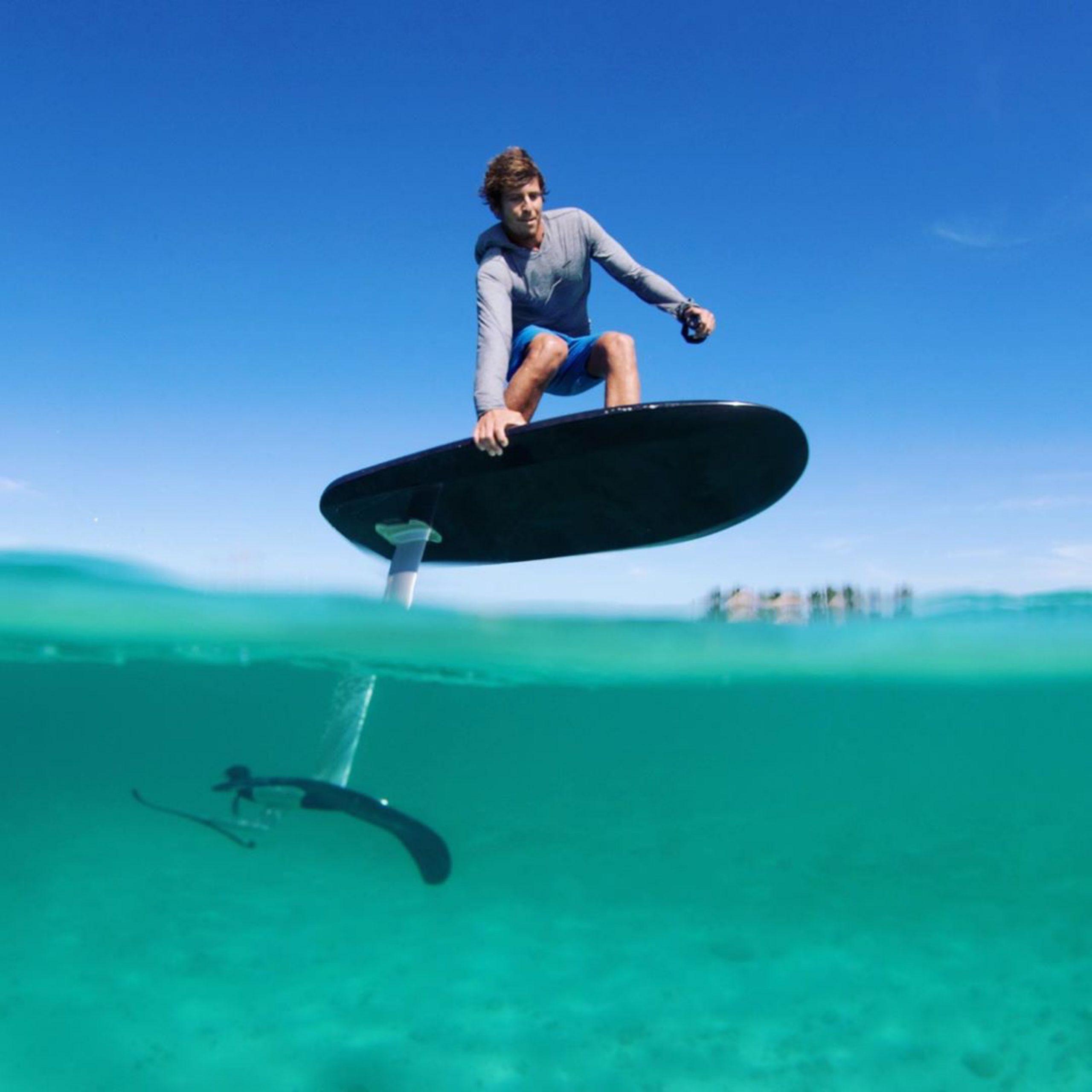 un surfer sur un efoil Fliteboard pro en action