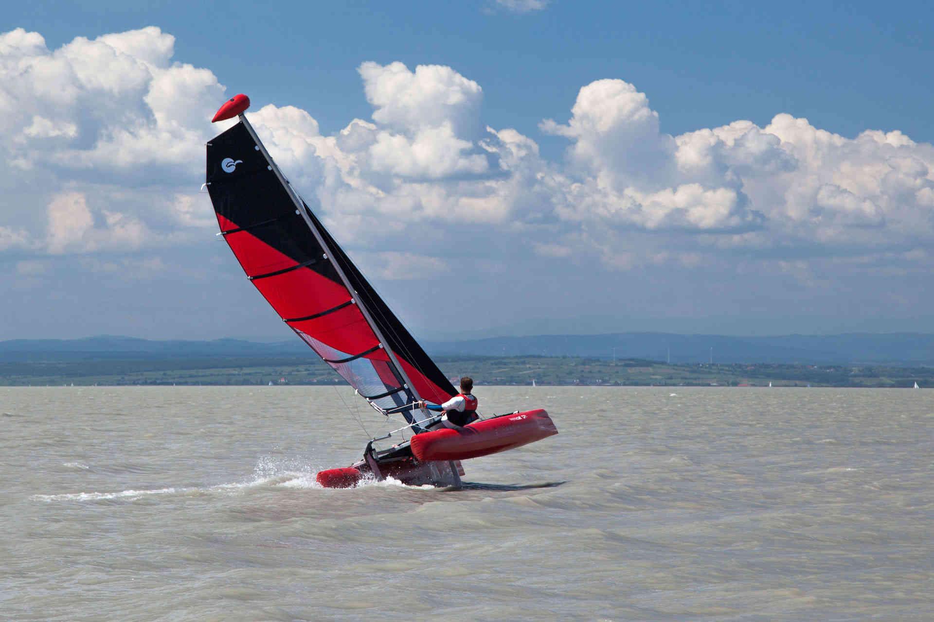 un catamaran gonflable Happycat sur une coque