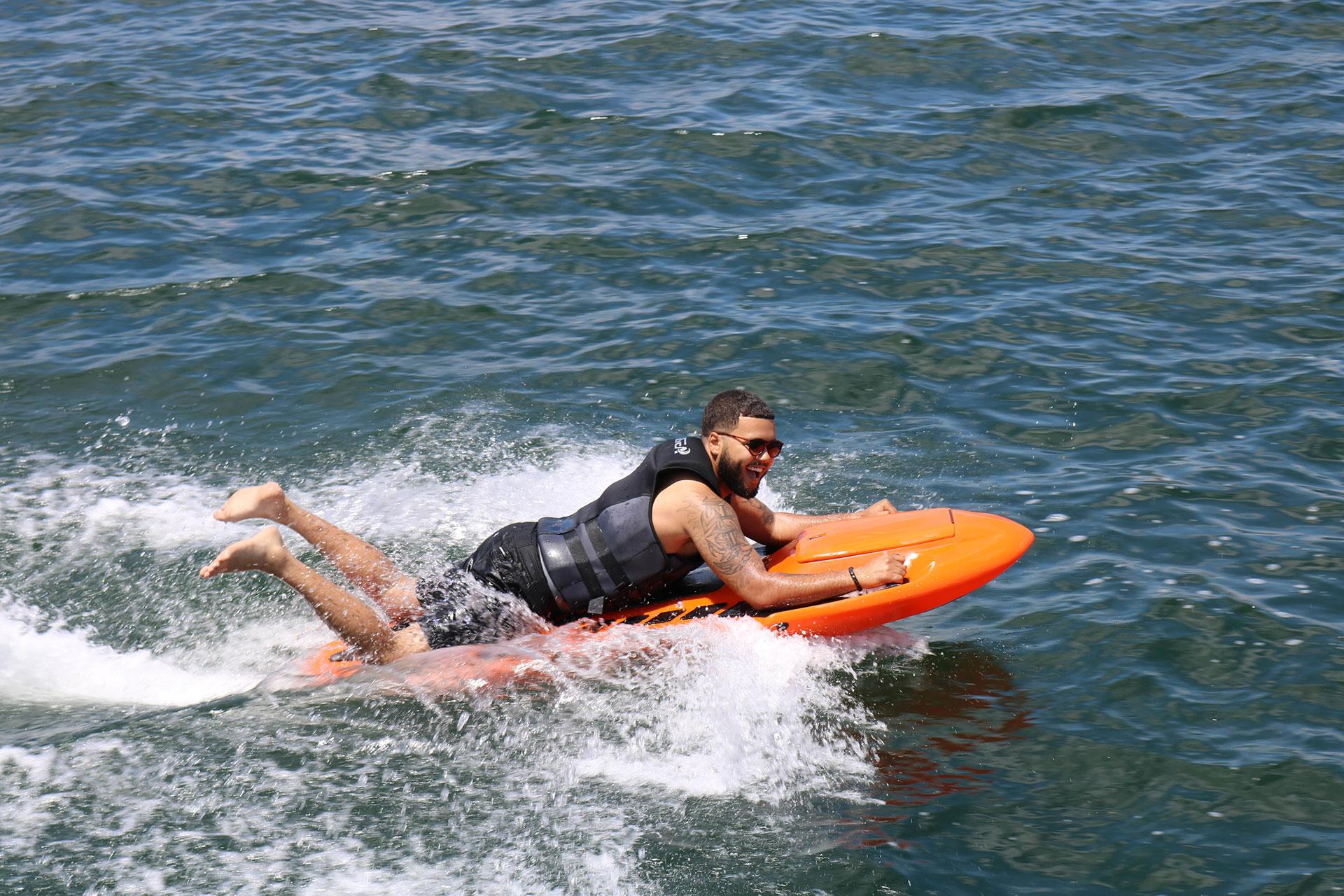 un homme sur un bodyboard electrique kymera à pleine vitesse